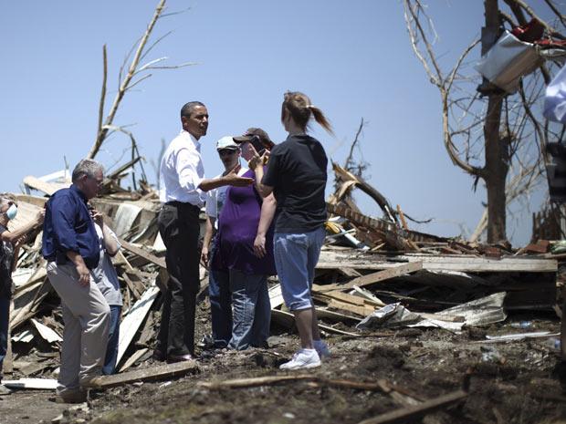 O presidente conversa com moradores de Joplin, cidade mais afetada pelo tornado na semana passada (Foto: Jason Reed / Reuters)