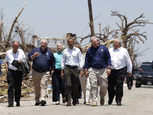 Obama e sua comitiva andam por rua que foi devastada por tornado em Joplin, no estado do Missouri, neste domingo (29) (Foto: Jason Reed / Reuters)