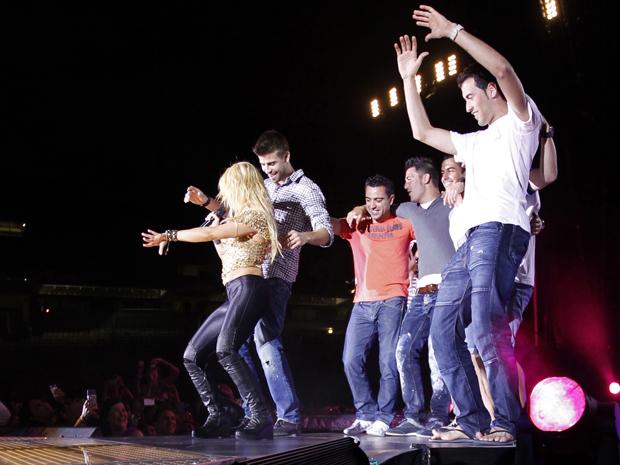 Os jogadores do Barcelona rebolam com Shakira durante o show em Barcelona.  (Foto: Reuters)