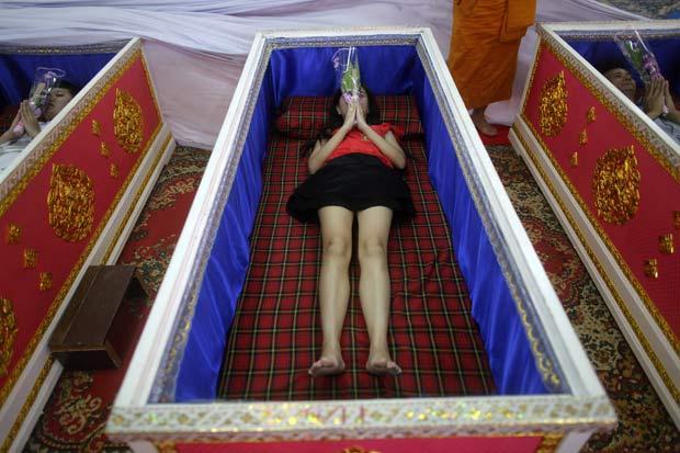Budistas pagam uma pequena taxa para poder deixar em caixões no templo de Wat Prommanee. (Foto: Damir Sagolj/Reuters)