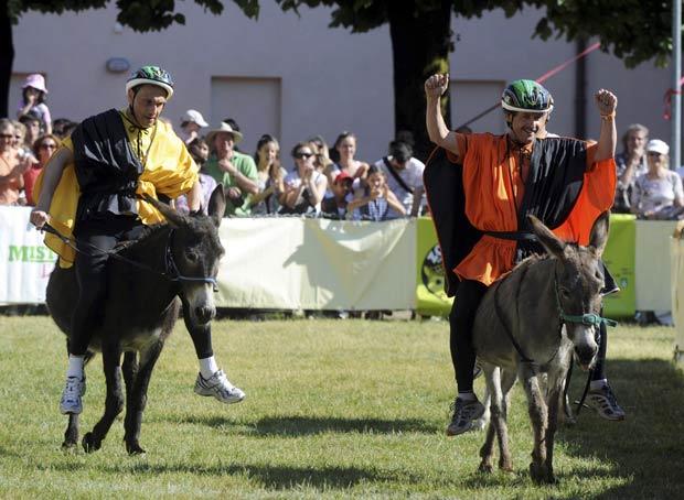 Fabrizio Molteni (à direita) comemora a vitória na tradicional corrida de burros, que foi disputada no sábado (28) na cidade suíça Mendrisio. (Foto: Fiorenzo Maffi/Reuters)