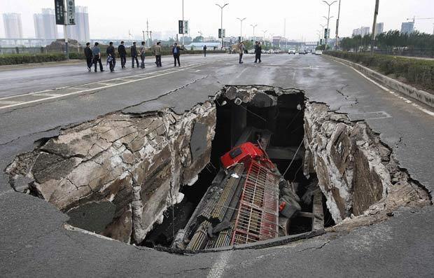 Caminhão foi engolido por buraco em Changchun. (Foto: China Daily/Reuters)