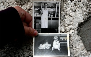 Na Argentina, refugiada albanesa mostra fotos de sua família (Foto: ACNUR/Sub.coop)