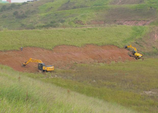 As obras para a construção do futuro estádio do Corinthians começaram por volta das 8h15 (Foto: Juliana Cardilli/G1)