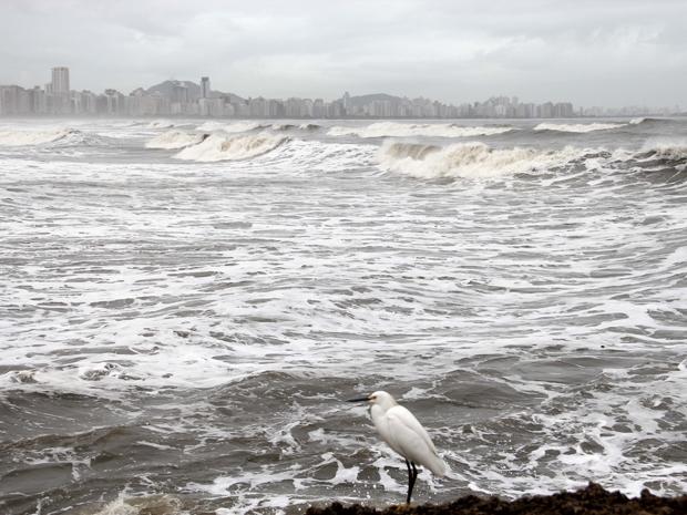Mar fica agitado em Santos (Foto: Luis Cleber/AE)