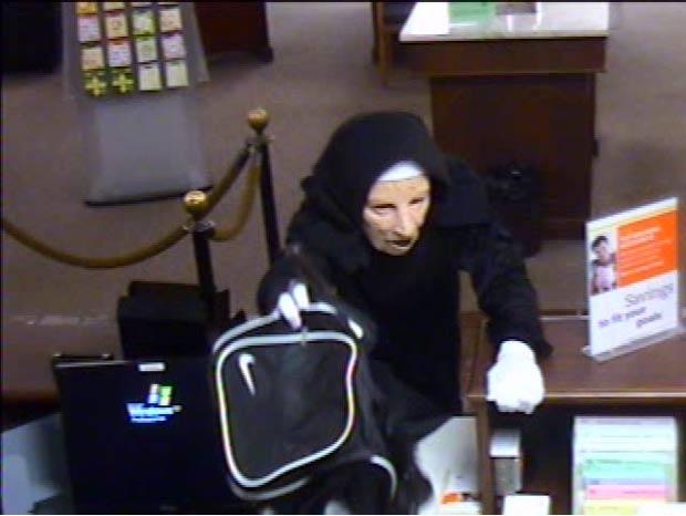 Bandidos usaram máscaras e trajes como se fossem freiras. (Foto: FBI/AP)