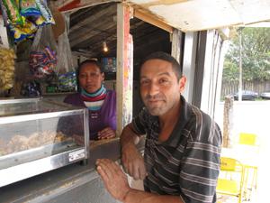 Casal montou bar em terreno invadido e teme desapropriação (Foto: Letícia Macedo/G1)