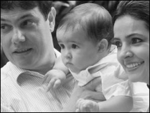 Renata com o marido, Marco Antonio Camargos Mendonça, de 44 anos, e o filho, que tinha 11 meses quando o pai morreu (Foto: Arquivo pessoal / BBC)