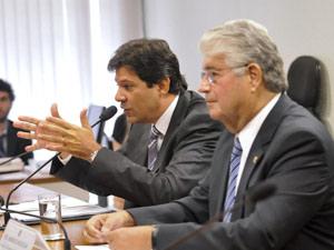 Ministro Fernando Haddad ao lado do presidente da comissão de Educação do Senado, Roberto Requião (PMDB-PR) (Foto: Geraldo Magela / Agência Senado)