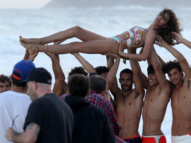 A modelo Lea T é carregada durante ensaio em Ipanema na segunda-feira (30) (Foto: Wallace Barbosa/AgNews)