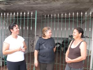 Com a construção de estádio, Mirim da Silva (à esquerda) e Ivanilda Cereda (à direita) acreditam na valorização de seus imóveis (Foto: Letícia Macedo/G1)