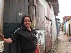 Dona de casa mora há 16 anos na Favela da Paz (Foto: Letícia Macedo/G1)
