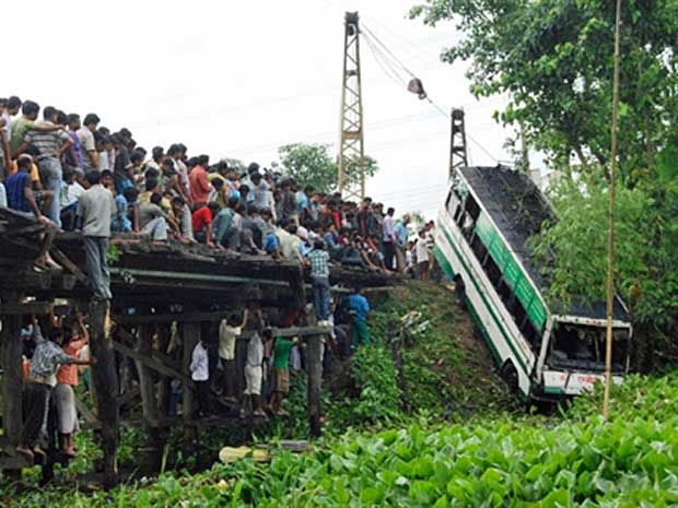 ônibus - acidente - Índia (Foto: AFP Photo)