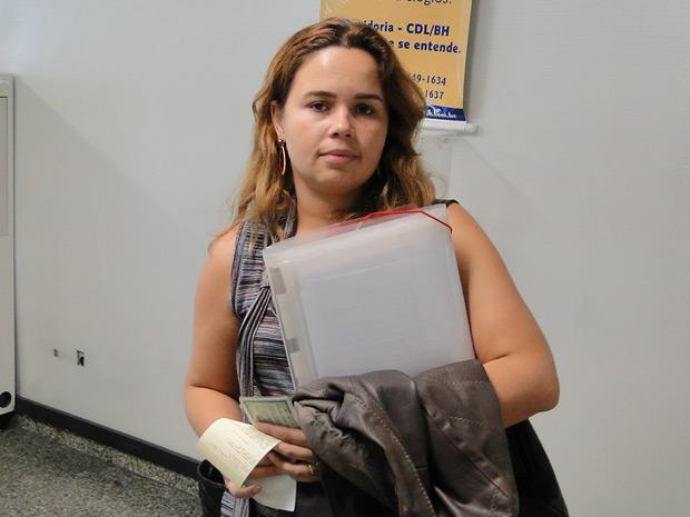 Sabrina Lima tenta renegociar a dívida do cartão de crédito (Foto: Alex Araújo/G1 MG)