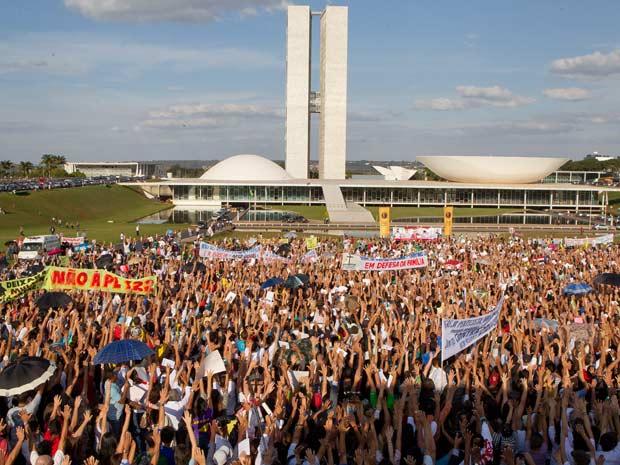 Marcha pela Família, realizada nesta quarta-feira (1) em frente ao Congresso nacional contra a aprovação de projeto que criminaliza a homofobia (Foto: Dorivan Marinho/AE)