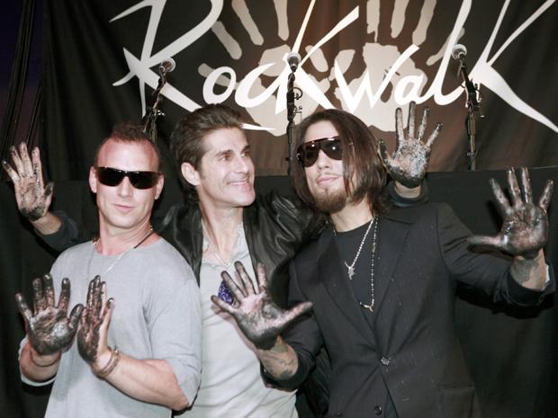 Stephen Perkins, Perry Farrell e Dave Navarro, da banda americana Jane's Addiction, são celebrados na calçada da fama do rock, em Los Angeles nesta terça-feira (1) (Foto: AP/Nick Ut)