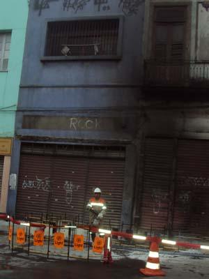 Bueiro da Light explodiu e chamas atingiram prédio em frente (Foto: Aluizio Freire/G1)