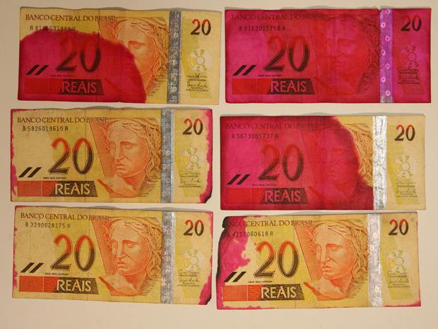- Cédulas marcadas por dispositivo antifurto exibidas durante a entrevista coletiva do diretor de Administração do Banco Central, Altamir Lopes (Foto: Wilson Pedrosa/Agência Estado)