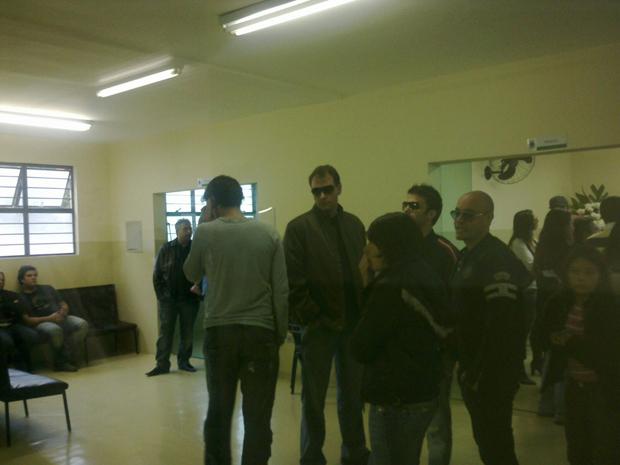 Ex-BBBs Thirso e Alex marcam presença no velório (Foto: Luciana Bonadio/G1)