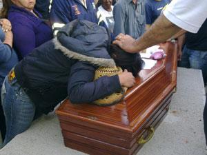 Vírginia, irmã do ex-BBB, chora durante enterro (Foto: Luciana Bonadio/G1)