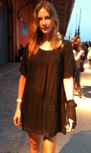 Ana Claudia Michels voltou ao Fashion Rio nesta quinta-feira com munhequeira para se recuperar de fratura.  (Foto: Thamine Leta/G1)
