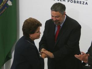 A presidente Dilma Rousseff e o ministro-chefe da Casa Civil, Antonio Palocci, na cerimônia de lançamento do programa Brasil sem Miséria (Foto: Fábio Rodrigues Pozzebom/AB)
