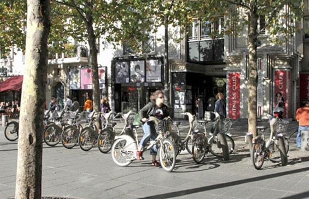 Paris tem sistema de aluguel de bicicletas desde 2008 (Foto: AFP)
