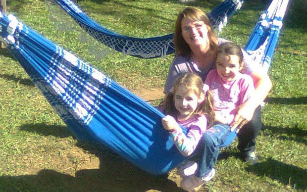 Sílvia Andreis com as filhas Inaê, de 6 anos, e a Marina, de 4 anos (Foto: Arquivo pessoal)
