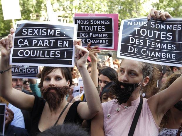 Partipantes da marcha das vagabundas de Paris, realizada no último dia 22, usam barbas e seguram cartazes onde se lê: 'Somos todas camareiras', em referência ao caso do ex-diretor do FMI, Dominique Strauss-Kahn (Foto: Stephane Mahe / Reuters)
