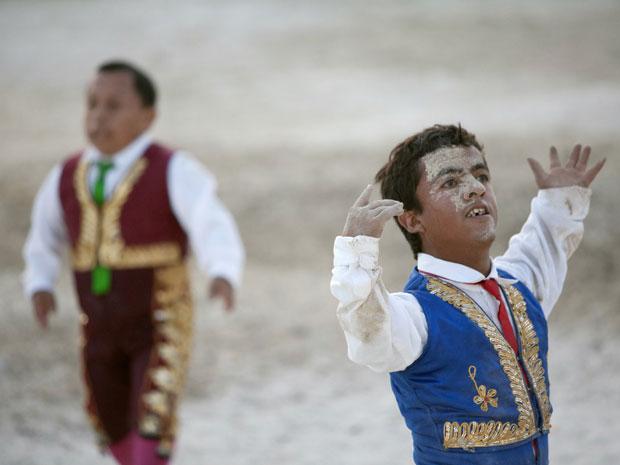 Toureiro comediante Jorge Vega agradece o público após apresentação dos 'Anões Toureuros' em Cancun, no México (Foto: Reuters)