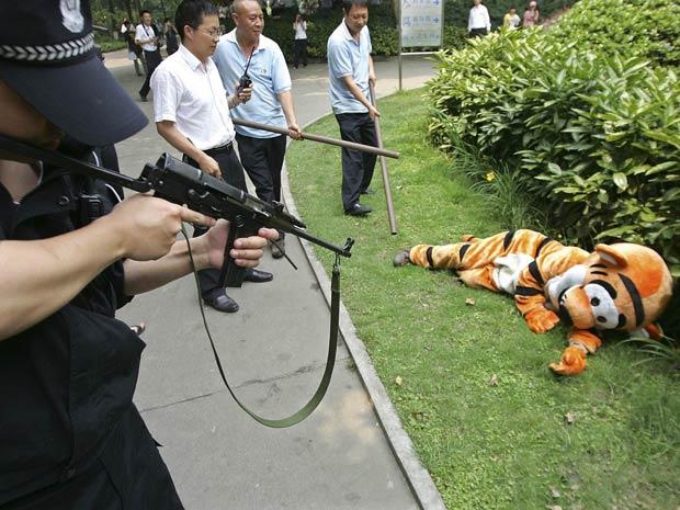 Homem fantasiado de Tigrão participa de exercício de segurança no zoológico chinês (Foto: Reuters/China Daily)