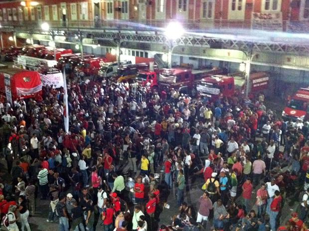 Mais de duas mil pessoas ocupam o pátio do quartel central dos bombeiros na noite desta sexta  (Foto: Rodrigo Vianna / G1)