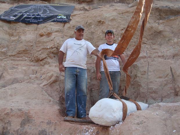 Escavadores preparam peça de fêmur de titanossauro para ser içada (Foto: Luiz Carlos Ribeiro)