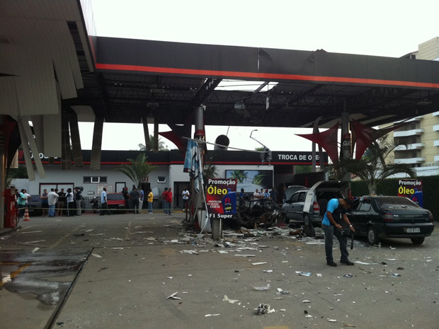 Explosão em posto de gasolina em São Gonçalo deixou um morto (Foto: Rodrigo Vianna / G1)