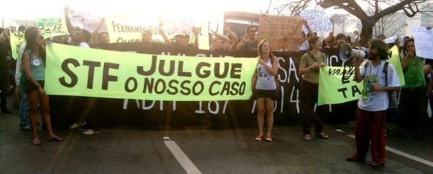 Manifestantes durante marcha na Esplanada dos Ministérios em defesa da legalização da maconha (Foto: G1)