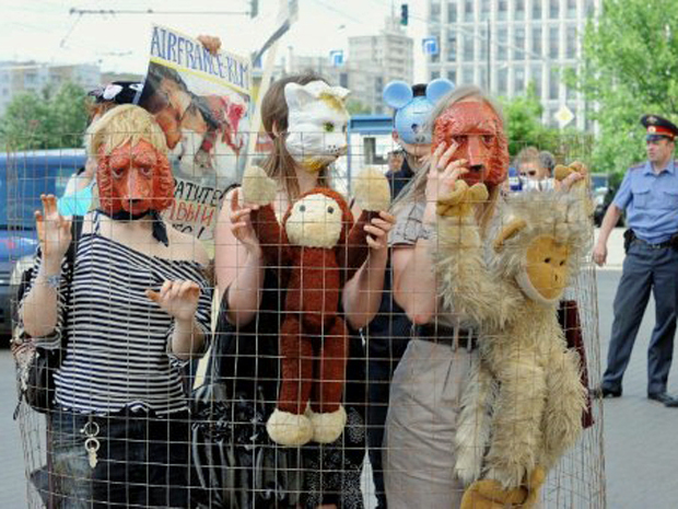 Ativistas que lutam pelo direito dos animais realizaram protesto nesta sexta-feira (3) em Moscou, na Rússia, durante manifestação contra a companhia aérea Air France – KLM, que realiza transporte de animais para experimentos em laboratório. (Foto: Natalia Kolesnikova/AFP)