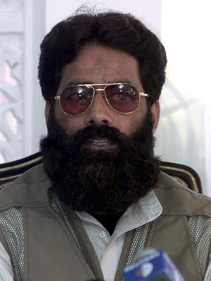 Ilyas Kashmiri dá entrevista em Islamabad em 11 de julho de 2001 (Foto: Reuters)