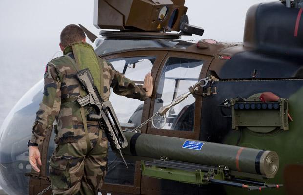 Militar francês prepara-se para ataque de helicóptero à tropas de Kadhafi, nesta sexta-feira (3), a bordo do porta-aviões Tonnerre, no Mar Mediterrâneo. A foto foi divulgada pelas forças armadas francesas  (Foto: Reuters)