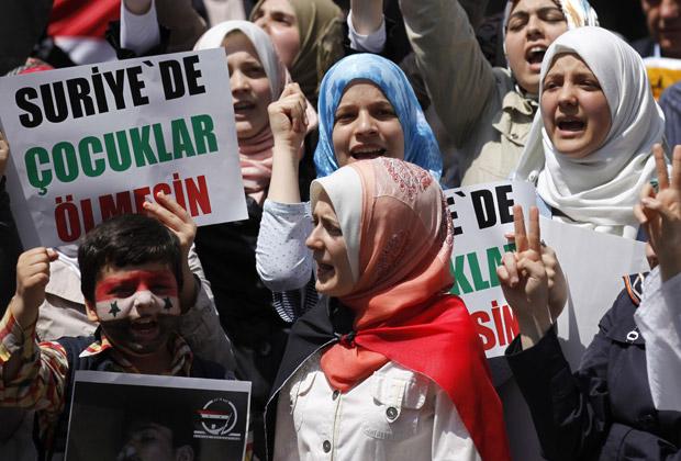 Mulheres sírias protestam contra o governo nesta sexta-feira (3) em frente à embaixada do país na Turquia, em Istambul (Foto: AP)