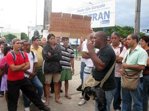 Bombeiros protestam em frente a prédio da Corregedoria da PM, em Niterói (Foto: Aluizio Freire/G1)
