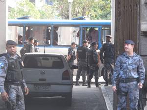 Chegada de ônibus com bombeiros presos (Foto: Alba Valéria Mendonça/G1)