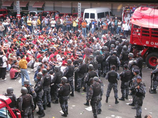 Negociação dentro do Quartel Central dos bombeiros (Foto: Rodrigo Vianna/G1)