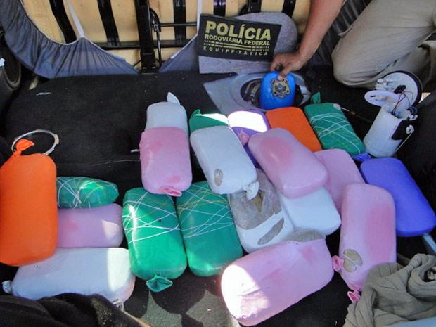 Foram apreendidos 21 kg de crack que estavam escondidos no tanque de combustível (Foto: Divulgação/Assessoria de Comunicação da Polícia Rodoviária Federal)