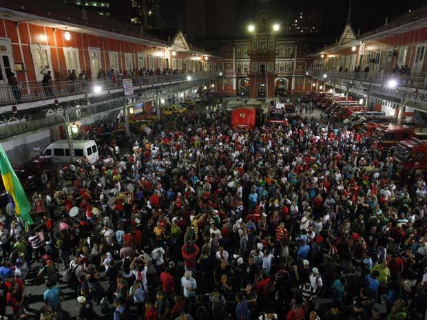 Bombeiros invadem quartel central da corporação no Centro do Rio. (Foto: André Teixeira/ Ag. O Globo)