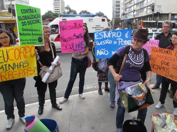 Com faixas e cartazes, mulheres se concentram para a Marcha das Vadias na Avenida Paulista (Foto: Paulo Toledo Piza/G1)
