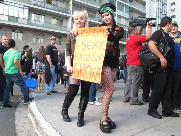 Participantes da marcha exibiram cartazes contra o machismo e a favor do respeito entre os gêneros (Foto: Paulo Toledo Piza/G1)