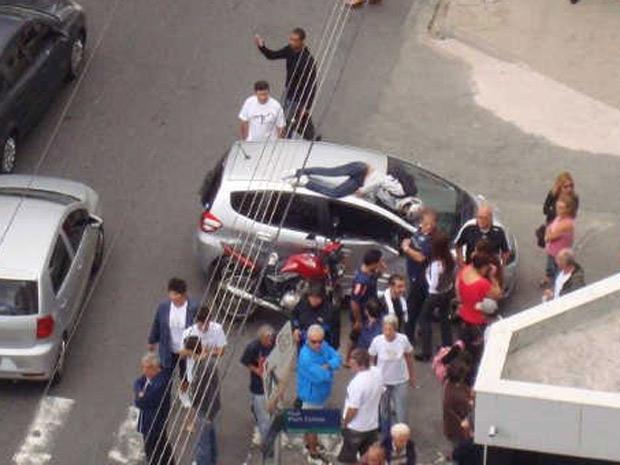 Após colisão, motociclista foi arremessada e parou no teto do carro; ela teve ferimentos leves (Foto: TVTribuna.com/G1)