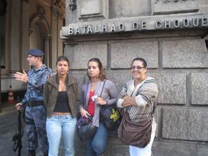 Mulheres de bombeiros presos chegam a batalhão (Foto: Alba Valéria Mendonça/G1)