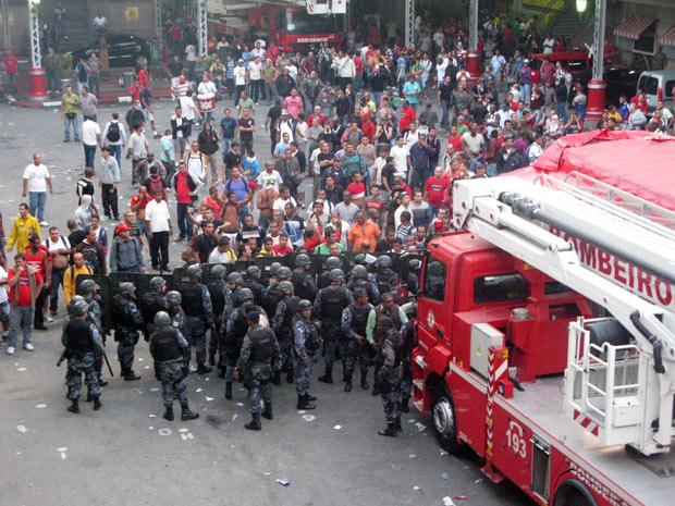 PM invade quartel bombeiros (Foto: Rodrigo Vianna / G1)