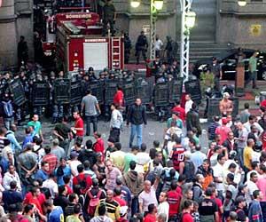PM invade quartel tomado por bombeiros no Rio (Foto: Rodrigo  Vianna / G1)